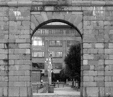 Det er kun porten der står tilbage af denne mur.
